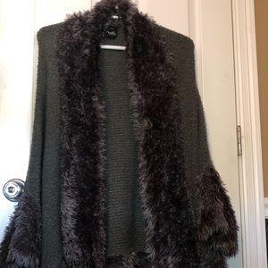"""Knit shawl with faux fur """"outline""""."""